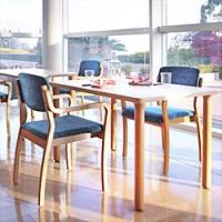 介護施設向けのテーブルとイス