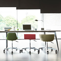 オフィス向けテーブルとイス