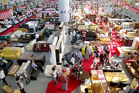 会場面積3000平米の広大なスペースに有名メーカー家具が勢揃い!