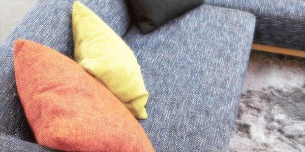 布張ソファとクッションのイメージ