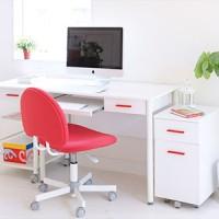 白いデスクと赤いチェアのイメージ