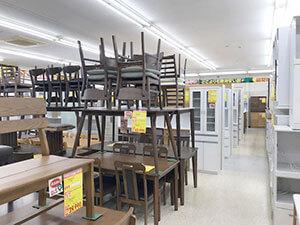 食卓セットや食器棚などダイニング関連売り場(1)