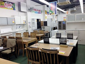 食卓テーブルや食器棚も数多く展示しています。