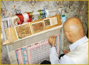 熟練した織り師が作業をする様子